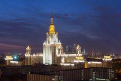 Universidad de estado de Moscú con el fuego artificial Fotografía de archivo