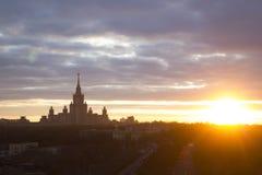 Universidad de estado de Moscú, puesta del sol, Moscú, Rusia Foto de archivo