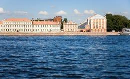 Universidad de estado de St Petersburg a través del Neva Foto de archivo
