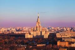 Universidad de estado de Mosc? en la salida del sol Rusia Visi?n superior imagen de archivo