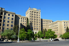 Universidad de Kharkiv - edificio en el cuadrado imagenes de archivo