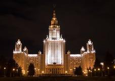 Universidad de Moscú en la noche Imagenes de archivo