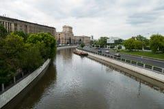 Universidad y río técnicos del estado de Bauman Moscú foto de archivo