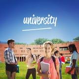 Universidade contra os estudantes que usam o portátil no gramado contra a construção da faculdade imagens de stock