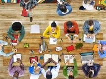 Universidade da biblioteca que estuda o conceito da escola da educação dos estudantes Fotos de Stock