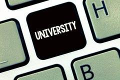 Universidade da escrita do texto da escrita O conceito que significa estudantes de nível elevado da instituição educativa estuda  fotografia de stock royalty free
