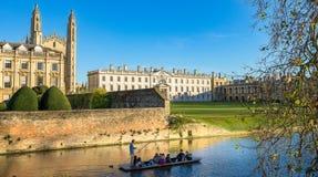 Universidade de Cambridge, faculdade do ` s do rei através do rio fotografia de stock
