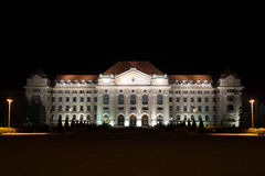 Universidade de Debrecen na noite fotografia de stock royalty free