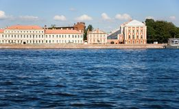 Universidade de estado de St Petersburg através do Neva Foto de Stock