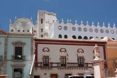 Universidade de Guanajuato atrás das casas fotos de stock royalty free