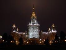 Universidade de Lomonossov de Moscou na noite imagens de stock