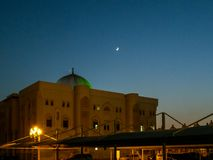 A universidade de Sharjah no por do sol, UAE - lua bonita fotos de stock royalty free