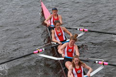 A universidade de Wisconsin compete na cabeça do campeonato Eights de Charles Regatta Women Foto de Stock