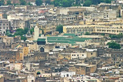 A universidade do al-Karaouine entre outras construções no skyl imagens de stock