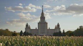 Universidade estadual de Lomonosov, construção icónica e sightseeing em Moscou, Rússia Tiro contra um fundo de multi filme