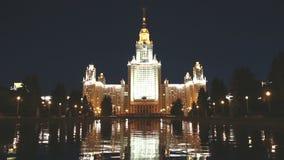 Universidade estadual de Lomonosov Moscou (na noite), construção principal, Rússia filme
