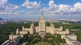 Universidade estadual e skyline de Moscou em Sunny Day R?ssia Silhueta do homem de neg?cio Cowering filme