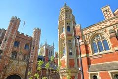 Università dell'istituto universitario del ` s di St John, primo piano dalla parte di sinistra del grande portone e la destra del immagini stock libere da diritti