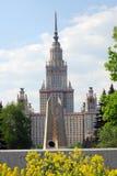 Università di Stato di Mosca Foto di primavera di colore Fiori gialli a priorità alta Fotografie Stock