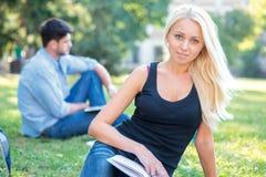 Università e studio Studentessa bella che tiene un libro e Fotografia Stock Libera da Diritti