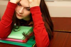 Università stanca del inclassroom di beautifyl teenager della ragazza dello studente Fotografie Stock Libere da Diritti