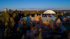 Universität von Gebäude Idahos Admin und von Fußballhaube Stockfotos