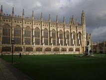 Université Cambridge de rois sous un ciel orageux Photo stock