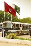 Université de Karachi - étudiants voyageant au point d'université Images stock