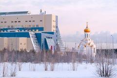 Université de Surgut et l'église du martyre saint Tatiana le matin givré d'hiver photo libre de droits