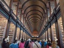 Université de trinité à l'intérieur des personnes de livre de bibliothèque Photos stock