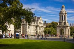 Université de trinité campanile dublin l'irlande photos stock