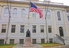 Université Hall et statue de Harvard à l'Université d'Harvard dans Camb Photo libre de droits