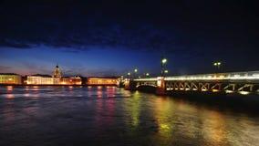 Université Quay de rivière Neva And Palace Bridge banque de vidéos