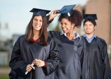 Université sûre de Holding Certificate On d'étudiant Image stock