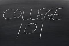 Université 101 sur un tableau noir Photos stock
