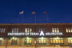 Università di edificio di Texas Arlington alla notte Immagini Stock Libere da Diritti