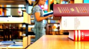 università e studente di lettura del libro Fotografie Stock Libere da Diritti