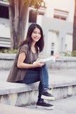 Universitair het meisjeslezing en onderwijs van de universiteitstiener Mooie Aziatische vrouwenstudie royalty-vrije stock afbeelding