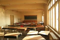 Universitair wanordelijk klaslokaal stock afbeeldingen