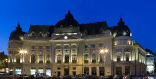 Universitaire Bibliotheek in Boekarest - nachtschot royalty-vrije stock foto's