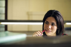 Universitaire bibliotheek en vrouwelijke student, mooie jonge vrouwenstu Stock Foto