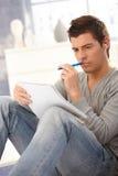 Universitaire en student die denkt leert Stock Afbeeldingen
