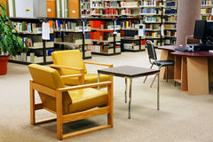 Universitaire libriry gele stoelen Stock Afbeeldingen