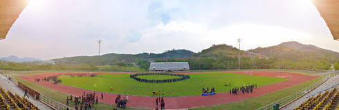 Universitaire sportendag in het openluchtstadion stock afbeelding