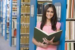 Universitaire student in bibliotheek Stock Afbeeldingen