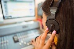 Universitaire student die audio in een studio mengen stock foto's