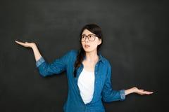 Universitaire student die besluit voor het schoolonderwerp nemen Stock Foto's