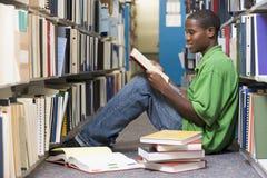 Universitaire student die in bibliotheek werkt Royalty-vrije Stock Foto
