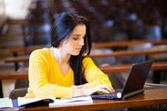 Universitaire student die laptop met behulp van stock afbeelding