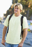 Universitaire student die rugzak draagt Royalty-vrije Stock Fotografie